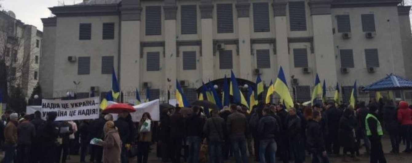 """Під посольством РФ українці із плакатами """"Путін - фашист"""" вимагають звільнити Савченко"""