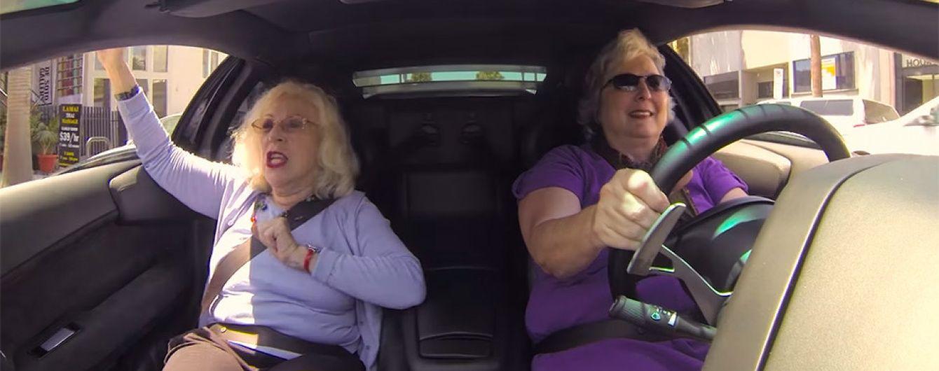 Две бабушки прокатились на Lamborghini (Видео)