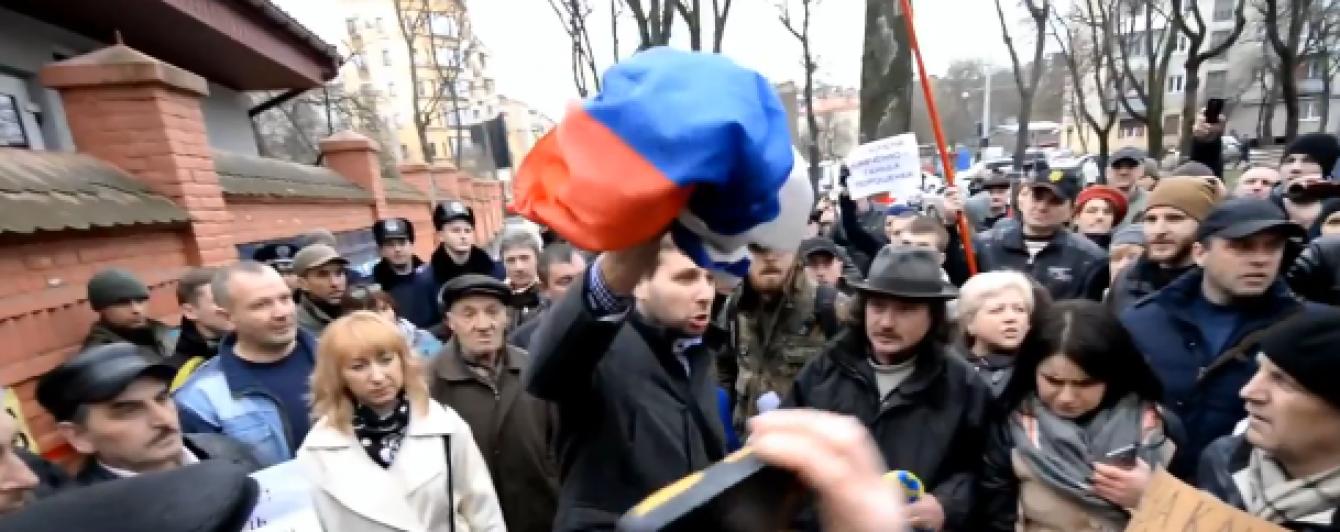 Появилось видео с Парасюком, который срывает триколор с консульства РФ во Львове