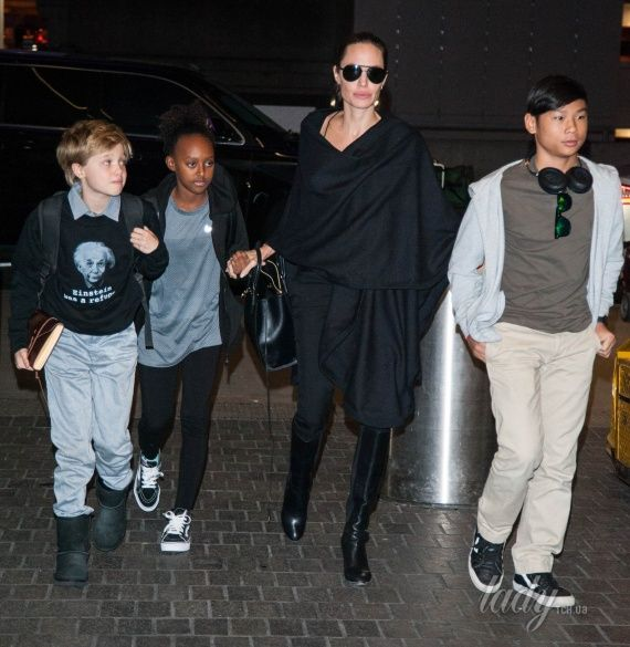 Анджелина Джоли с детьми_1
