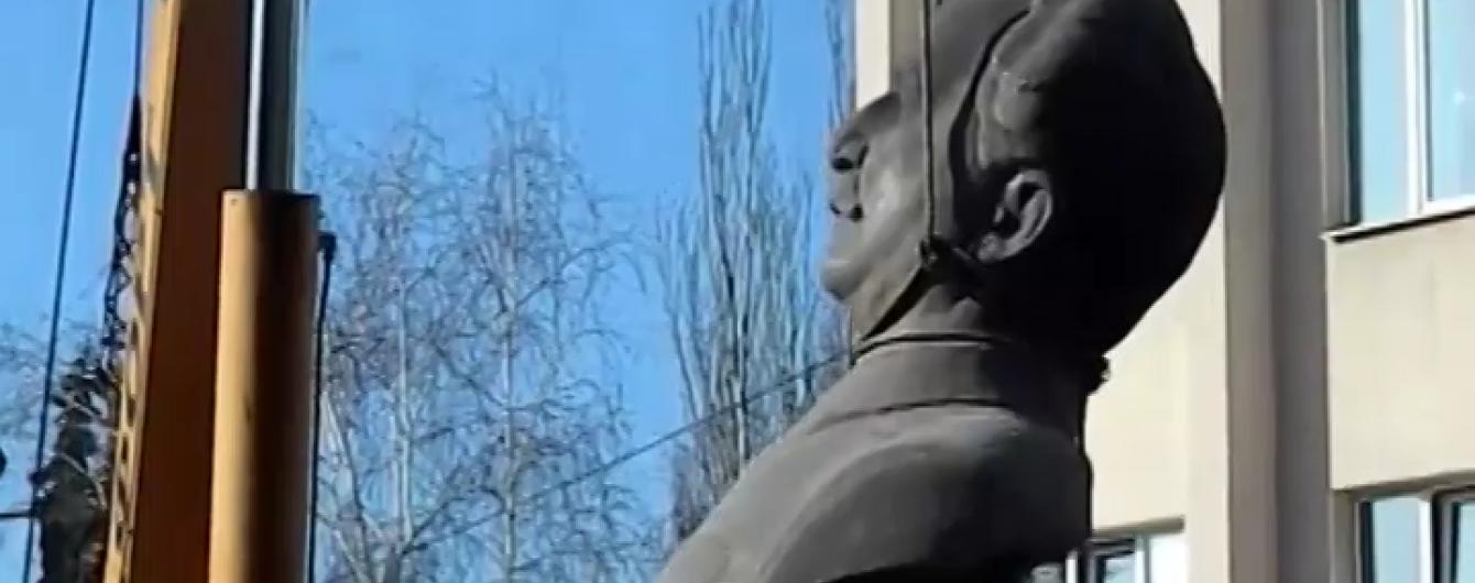 """У Запоріжжі """"розібралися"""" з пам'ятником Орджонікідзе"""