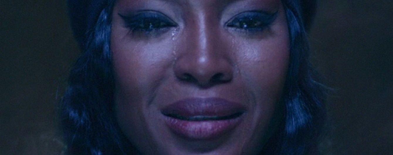 Напівоголена Кемпбелл зі сльозами на очах знялася у кліпі трансгендера