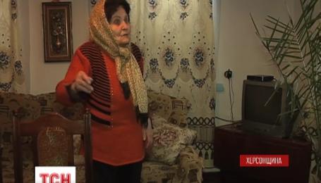 На Херсонщині невідомі закидали димовими шашками будинок 85-річної бабусі