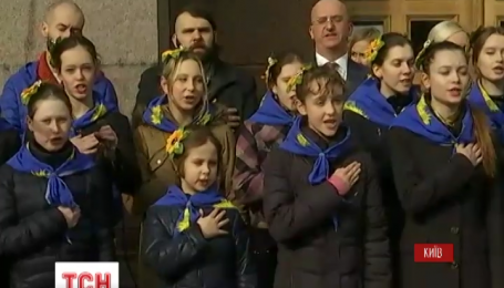 Сегодня прямо на лестнице столичной мэрии провели певческий флешмоб