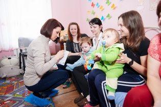 """Мазур и Сеничкин передали """"Охматдету"""" прибор, который поможет спасать детей от инвалидности"""