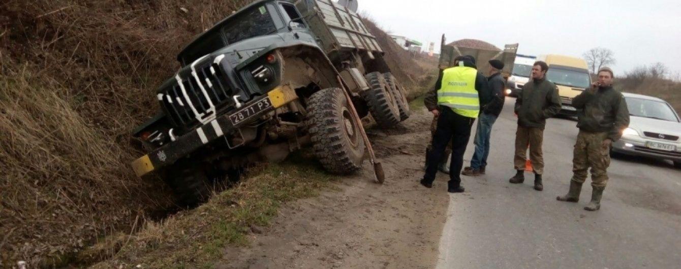 Біля Львова через відмову гальм вилетіла з дороги військова вантажівка
