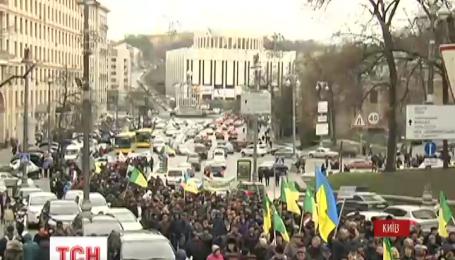 В правительственный квартал непрерывным потоком прибывают протестующие