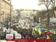 В урядовий квартал безперервним потоком прибувають протестувальники