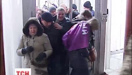 """Активисты """"финансового майдана"""" ворвались в здание Рады и заблокировали вход"""