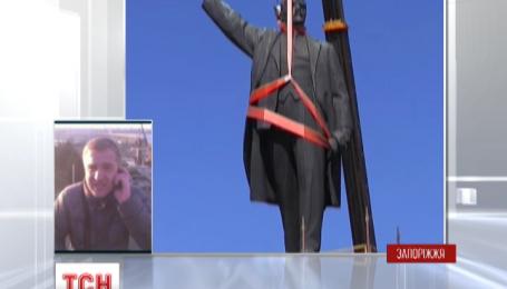 В Запорожье уже восемь часов пытаются демонтировать памятник Ленину