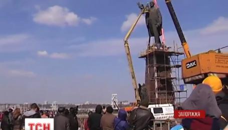 В Запорожье с самого утра демонтируют памятник Ленину