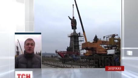 Четвертые сутки в Запорожье валят памятник Ленину