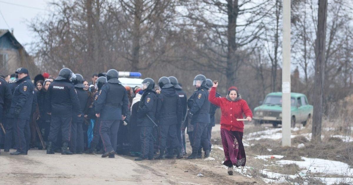 До селища стягнули сотні силовиків @ Первый Тульский