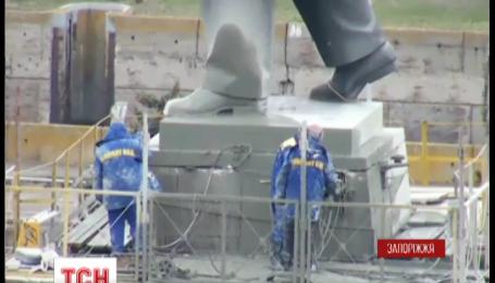 Вже другий день безрезультатно намагаються повалити пам'ятник Леніну у Запоріжжі