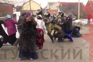 Задержание бунтарей. В России ОМОН с дубинками разогнал восстание цыган