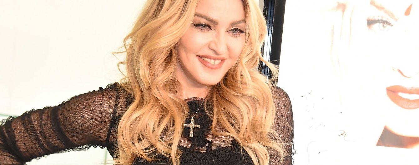 Скандальна Мадонна зірвала з 17-річної фанатки топ, оголивши її груди