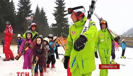 Все первоклассники Ивано-Франковска учатся кататься на лыжах в Буковеле