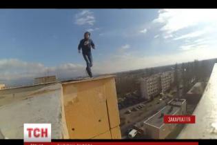 Руфер з Ужгорода влаштував екстрим-шоу на даху висотки