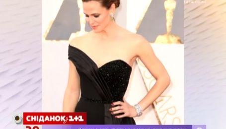 Дженнифер Гарнер едва запихнули в платье для красной дорожки