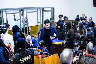 Речника Порошенка вивели з суду у справі Савченко через прапор України