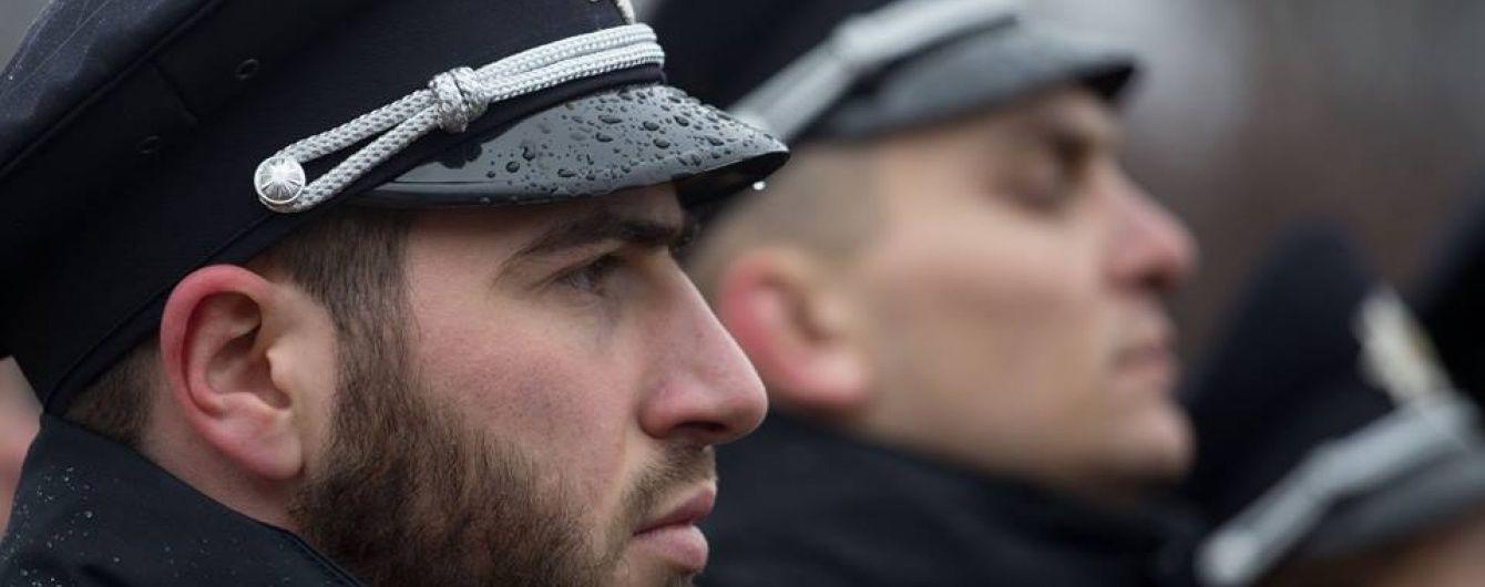 """У Києві молодики штурмували райуправління поліції, """"визволяючи товариша"""""""