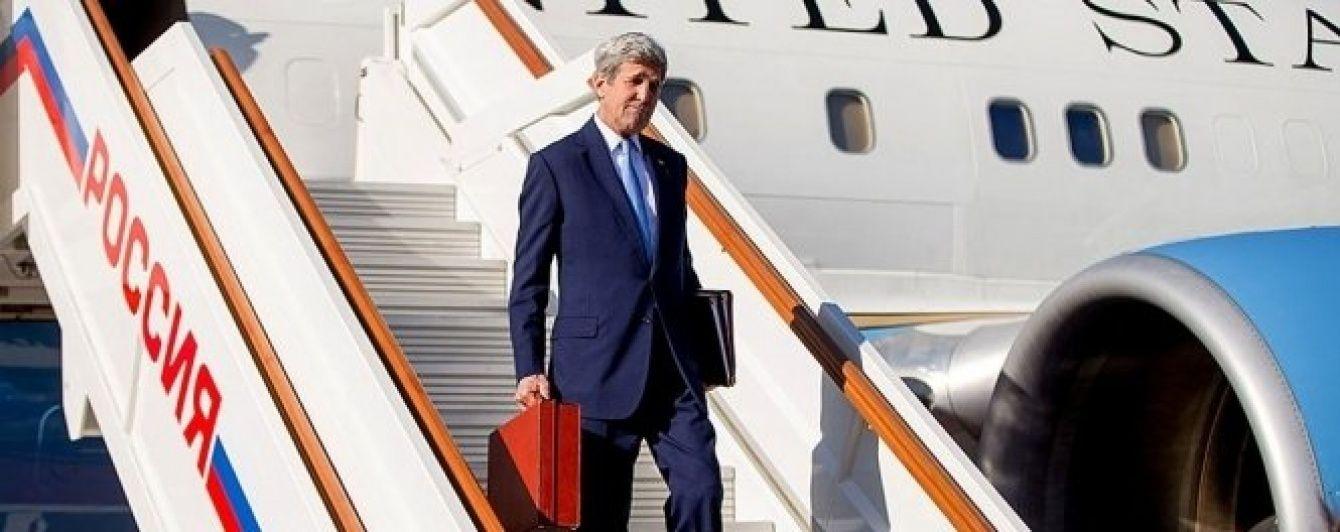 Жарти Кремля. Путін посміявся над Керрі, який приїхав до Москви із червоною валізкою