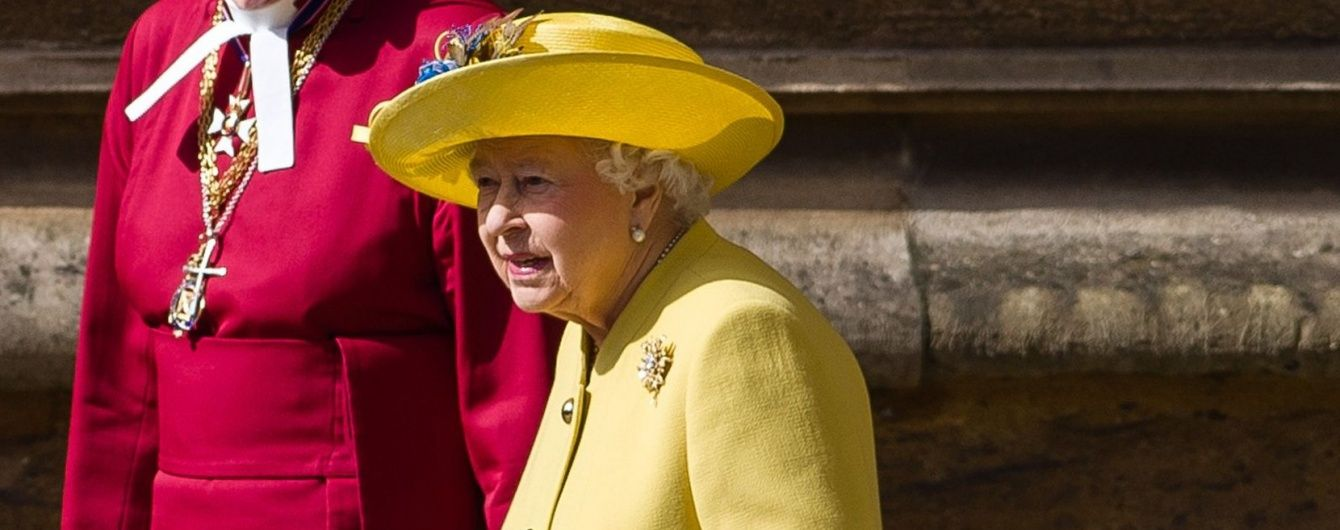 Королева Елизавета II надела на пасхальную службу желто-голубой наряд