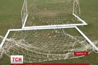 На Закарпатті футбольні ворота вбили дитину