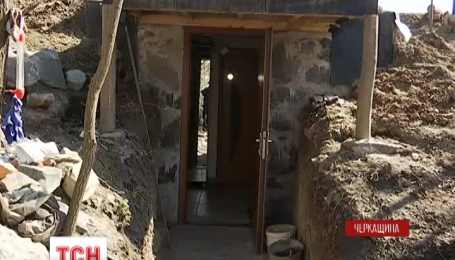На Черкащині демобілізований боєць облаштував собі землянку