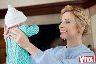 Тоня Матвиенко учит полугодовалую дочь плавать