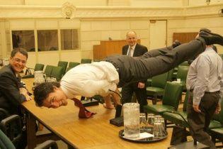 Юзери шаленіють від прем'єра Канади, який похизувався складною стійкою на руках