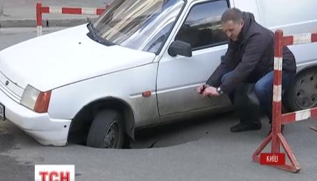 В центре Киева посреди трассы машина провалилась под асфальт