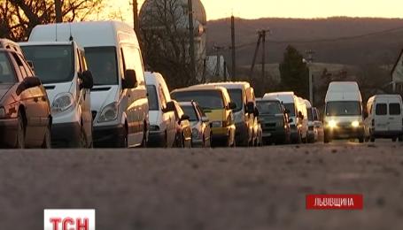 Украинско-польские пункты пропуска на Львовщине уже второй день забиты автомобилями