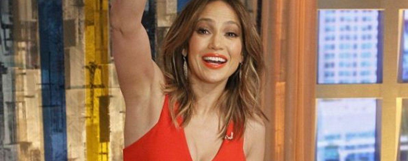 """Розкішна Дженніфер Лопес в обтислій сукні з глибоким декольте вразила """"look'ом"""""""