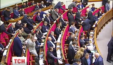 222 депутата суммарно насчитывают фракции БПП и Народного фронта