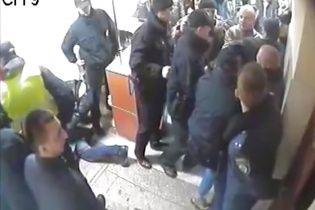 Поліція показала відео штурму київського райвідділу