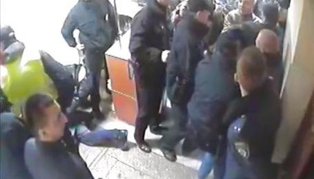 Полиция показала видео штурма киевского райотдела