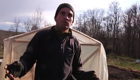 Демобилизованный участник АТО защищает свою землянку от агрессивных соседей
