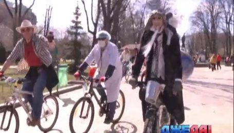 На Дня смеха столичные активисты устроили костюмированный велопробег
