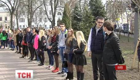 Киевские студенты вышли к посольству Нидерландов в преддверии референдума