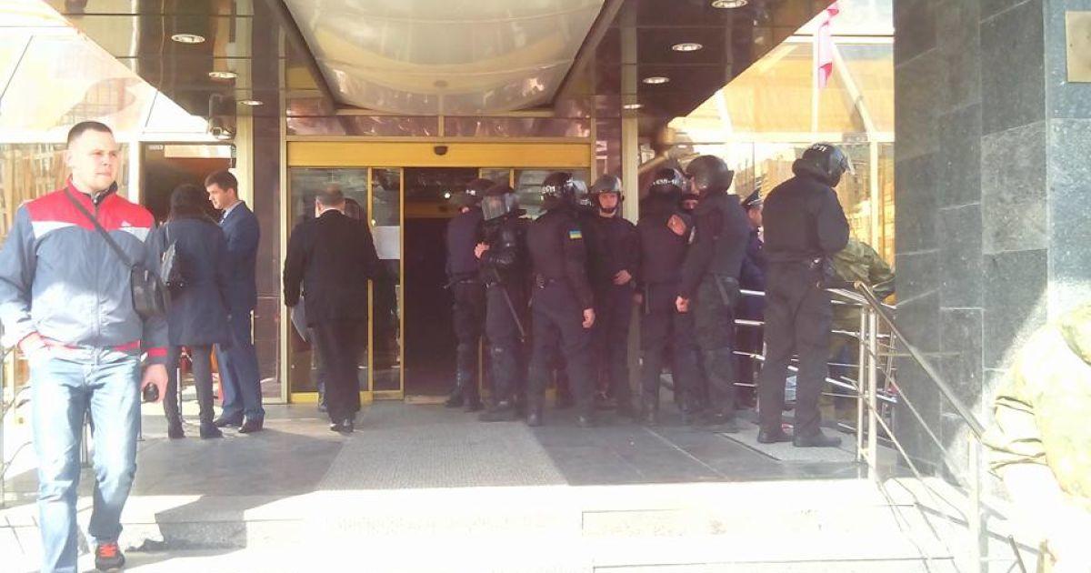 """Зі столичного готелю """"Либідь"""" виганяють незаконних поселенців @ Фото Наталії Нагорної/ТСН"""
