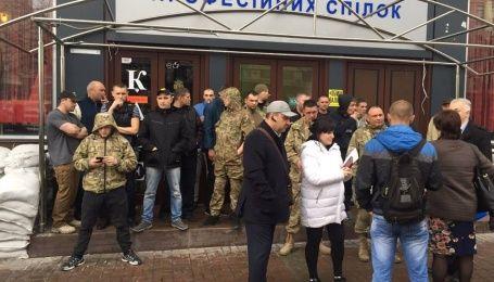 """Кафе """"Каратель"""" на Майдане защищают вчерашние захватчики отеля """"Лыбидь"""""""