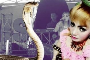 Фатальний виступ: епатажна співачка померла на сцені після укусу кобри