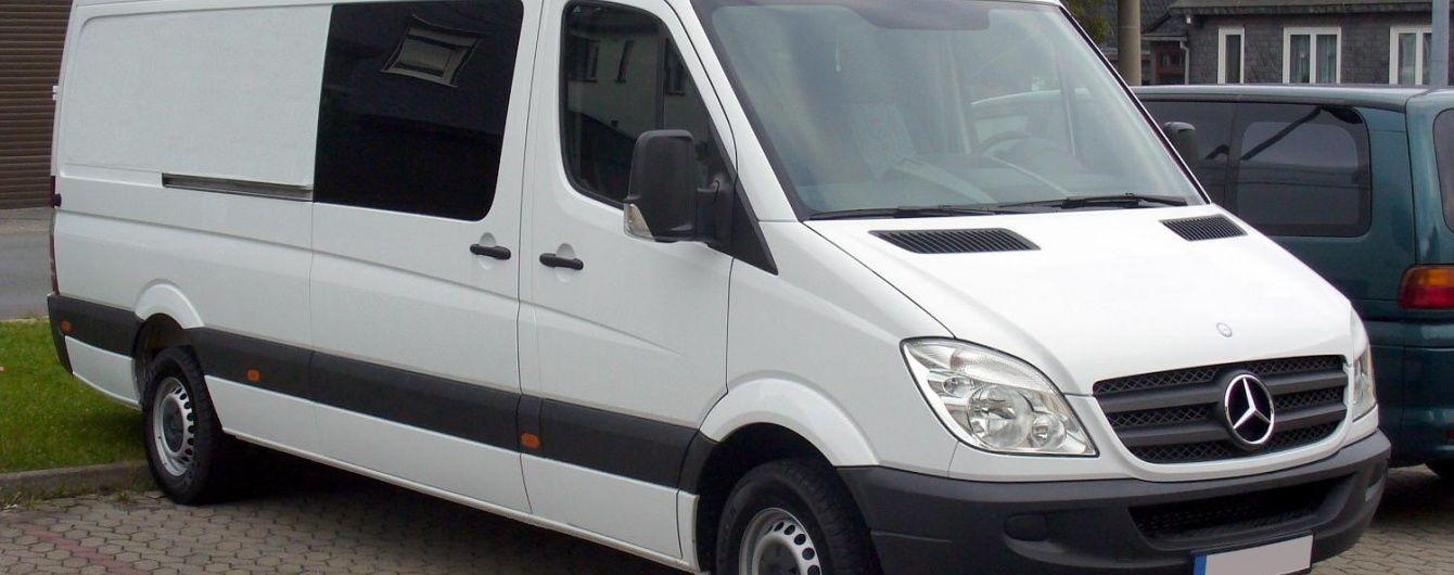 Неподалік Умані невідомі обстріляли та пограбували два львівські мікроавтобуси