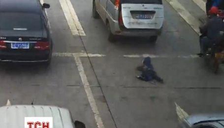 Ребенок чудом выжил после того, как выпал из машины