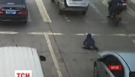 В Китае ребенок выпал из багажника автомобиля