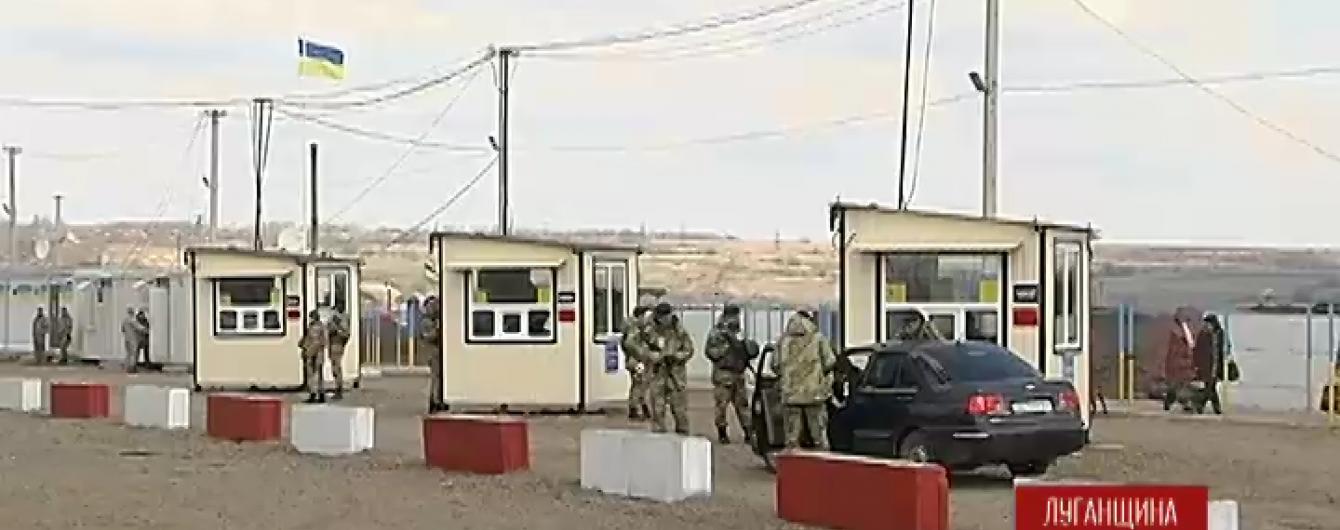 """Терористи заблокували роботу пропускного пункту """"Станиця Луганська"""""""