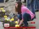 У Чернівцях студенти висадили квіти у вибоїни на дорозі