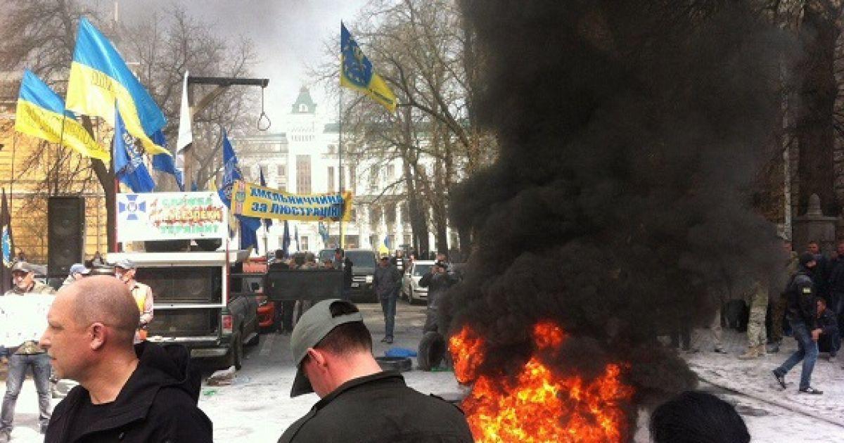 В Автомайдане раскрыли настоящих организаторов поджога шин на Банковой