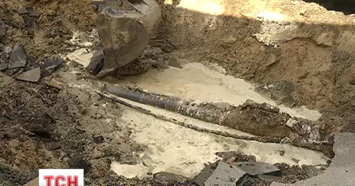 На месте прорыва трубы в центре Киева образовалась двухметровая яма